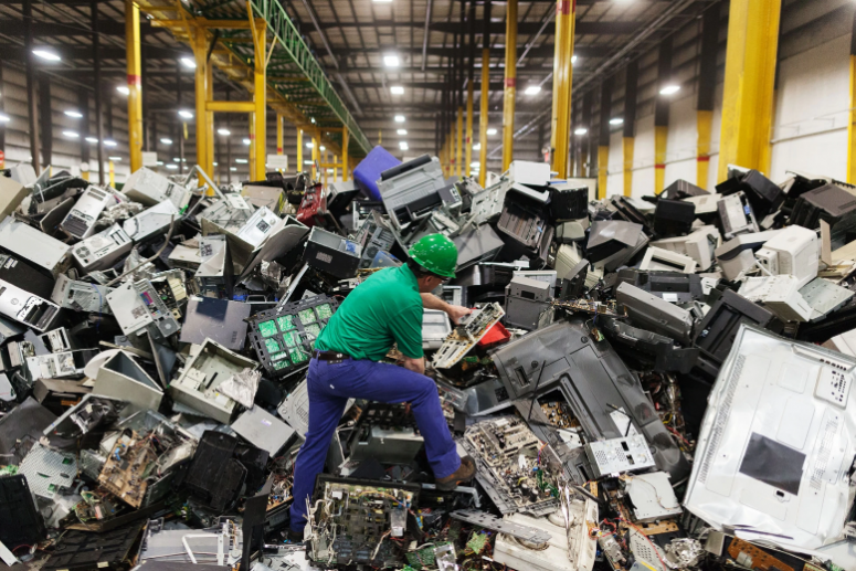How much electronic waste does the United States throw out each year?